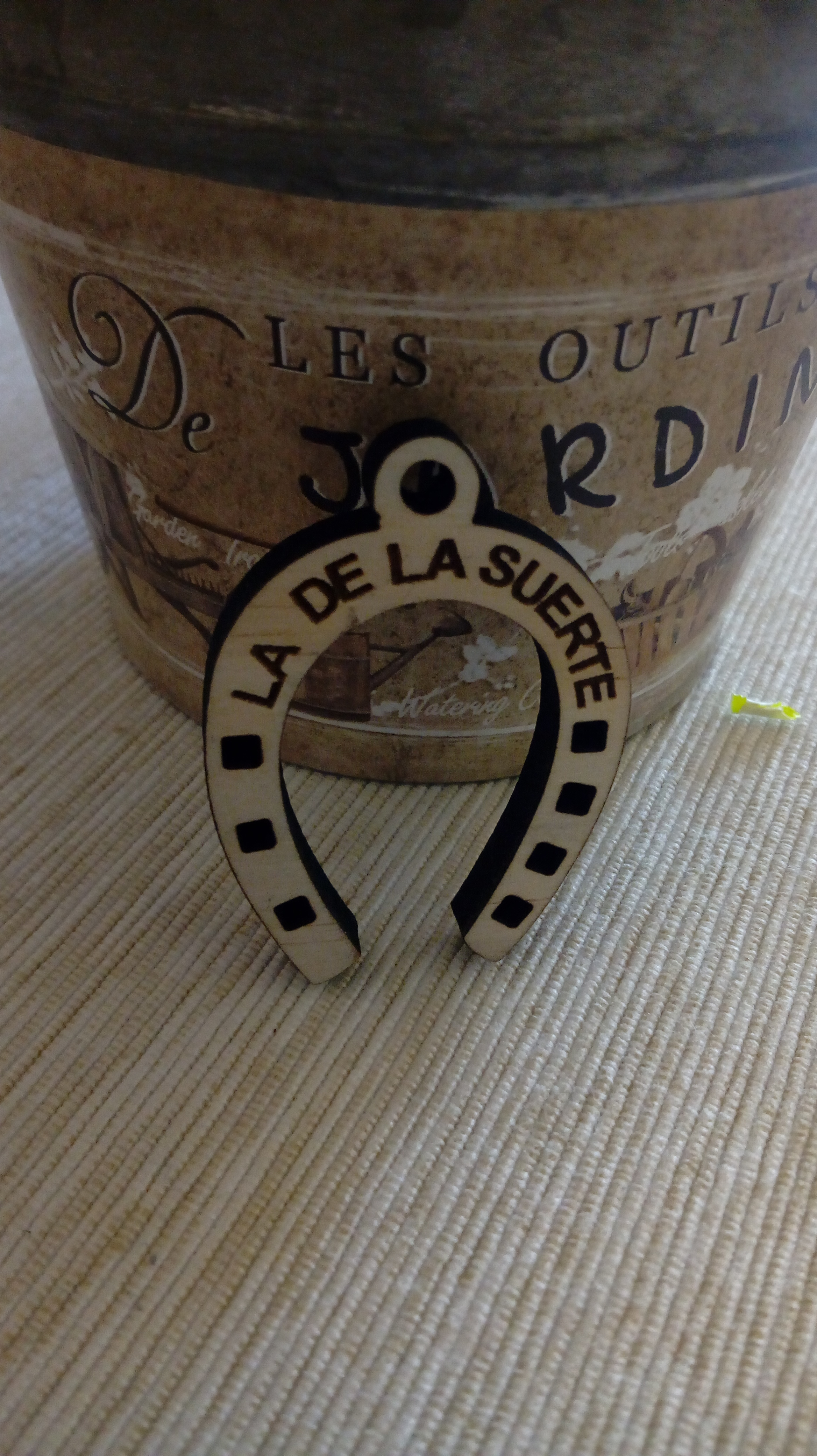 Llavero de madera de pino modelo herradura de la suerte