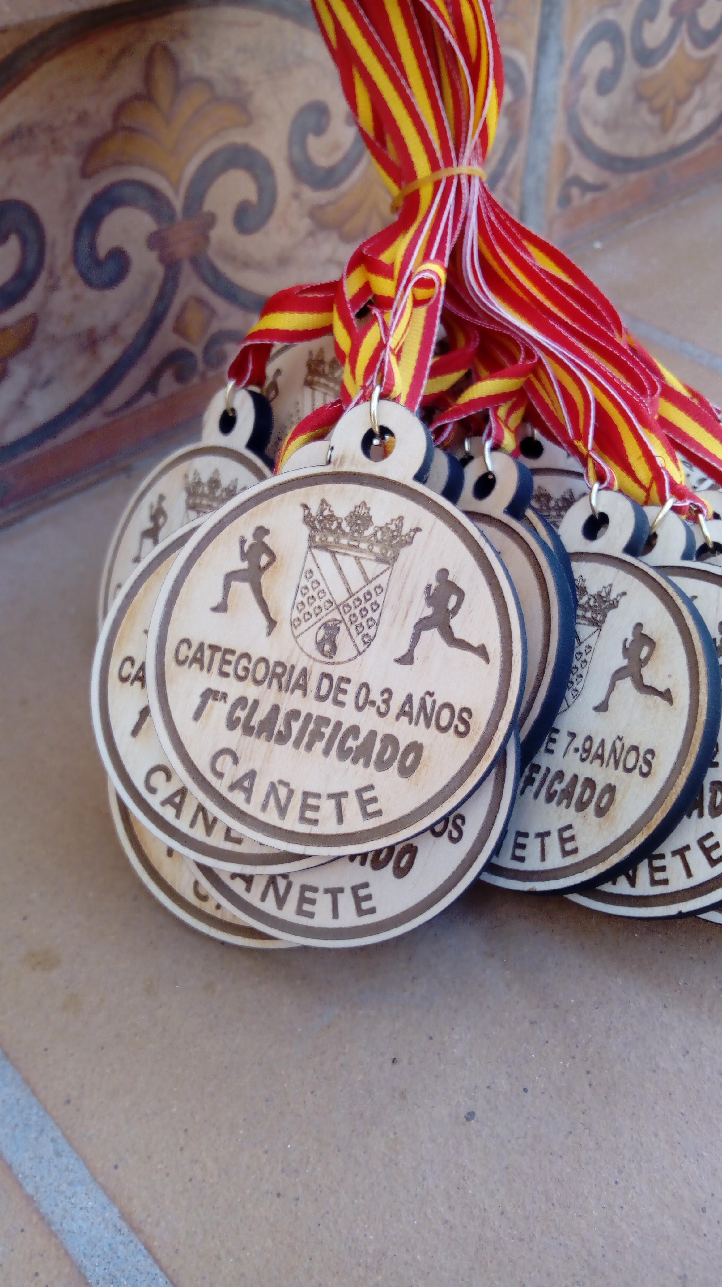 Medallas personalizables en madera de pino